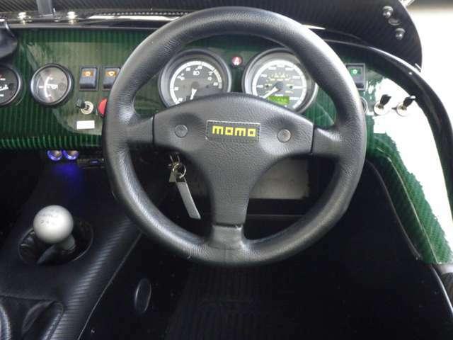 インパネにもケータハムグリーン塗料を染み込ませたカーボンファイバー製ダッシュボードを用い、メーターパネルやカーボン製のスポーツシートには「KAMUi」のロゴがデザインされる