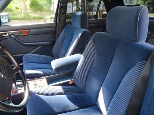 ファブリックシートは、本革と比較すると乗り心地が良いと評価され、本質を重視されるお客様へ適しております。シートの状態も非常によく、1989年のお車とは想像出来ません。