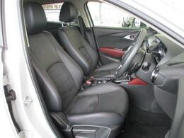 ゆったりとしたサイズを持つフロントシートは体に沿ってシートがしなやかにたわむ構造により、シート全体で包み込まれるような心地よいフィット感を実現しています!振動を低減した上質なすわり心地や長時間ドライブ