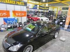 広い店内にはお車も展示中。タイヤホイール&足回りパーツ&エアロ&LEDパーツ&カーナビカーオーディオ全てお任せ下さい!
