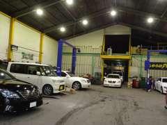国土交通省認証工場完備★広い工場にはリフトがさらに3機あります。エンジン乗換え等の大きな作業も可能です。