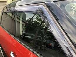サイドドアバイザーが装備されております♪雨の日でも車内の空気を入れ替えることが出来ますので便利な装備となっております♪あると嬉しい装備となっております♪