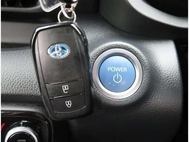 【スマートキー】キーをバッグやポケットに入れたままでもドアロックの開閉が出来るほか、プッシュボタンでエンジン始動が可能です。