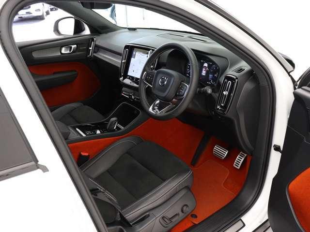大胆かつ斬新なデザインはキャビンについても同様です。全体のレイアウトは美しいディテールが映える整然とした設えとし、運転のしやすい高めのシートポジションを始めとする北欧流の先進的な発想を取り入れました。