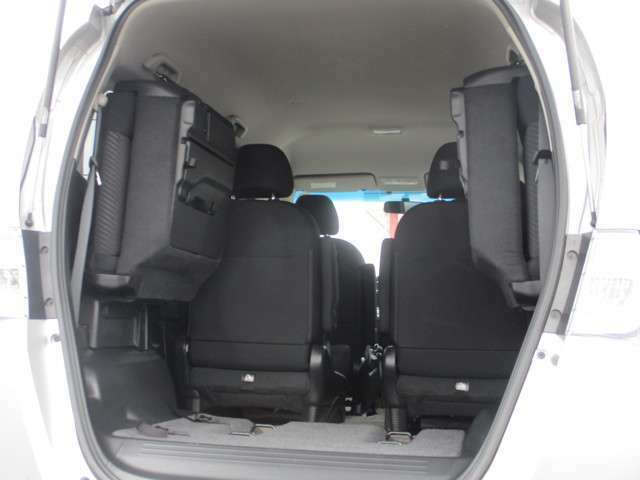 後席の座面を跳ね上げると背の高い物も積める荷室に変身します!