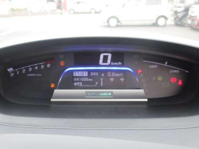 メーターの中心にはインフォメーションディスプレイが配置され、走行状況や平均燃費、警告などさまざまな情報を見やすく表示します♪
