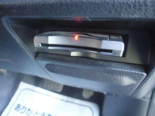 運転席前方にスマートにETC車載機が納まっています。