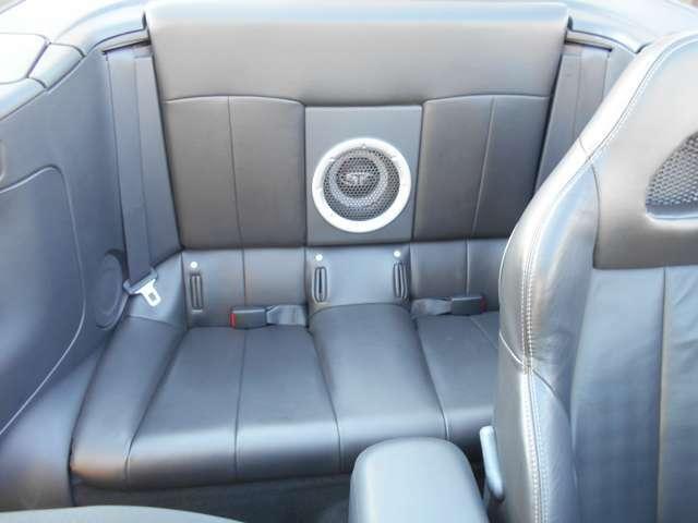 純正オーディオシステムのウーファーがリアシートの真ん中に!!音楽を聴きながらのドライブでテンションが上がりますね♪