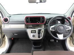 ボディが確認しやすい広い視界。運転のしやすいインパネシフトです。運転席の足元も広くとても快適ですよ。