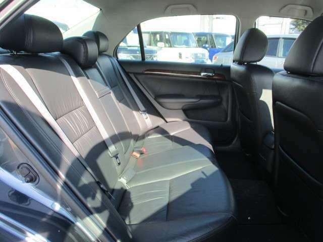リアシートもゆったり快適に座っていただけますので、後部座席にお乗りの大切な方も楽しくドライブに参加していただけます。