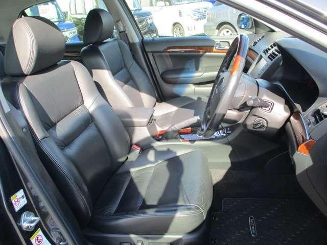 運転席は大きな座面と包み込むような背もたれが身体全体を支えます。上質なシートを採用し長時間の運転やコーナーの多い道も快適です。座ったときの頭上スペースも余裕たっぷりでロングドライブも楽チンです♪