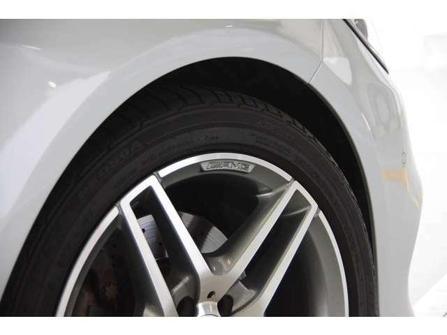 AMG18インチアルミ・BRIDGESTONE POTENZAタイヤ・専用キャリパー・専用ディスク・アルミも綺麗な状態を誇ります。1オーナー・保証書・取説・記録簿・スペアキー・全国納車致します。お問い合わせはお気軽に。