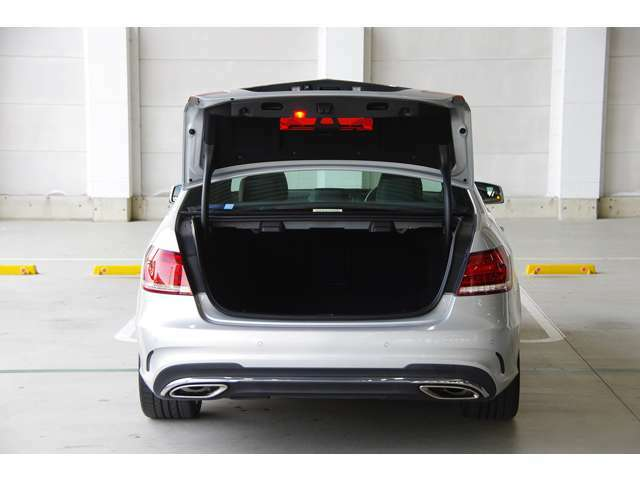 トランクルームも綺麗な状態を誇ります。E250アバンギャルド・AMGスポーツ・1オーナー・保証書・取説・記録簿・スペアキー・全国納車致します。お問い合わせはお気軽に。