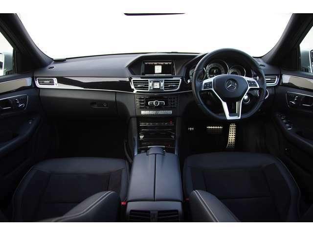 AMGデザインによる多くの専用装備が施されたインテリアです。純正ナビ・地デジ・Bカメ・Bluetoothオーディオ・ETC・前後センサー・ハーフレザー・シートヒーター・パワーシート・アンビエントライト