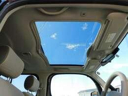 ガラスルーフがあると車内が明るくなり、開放感を味わうことが出来ます♪