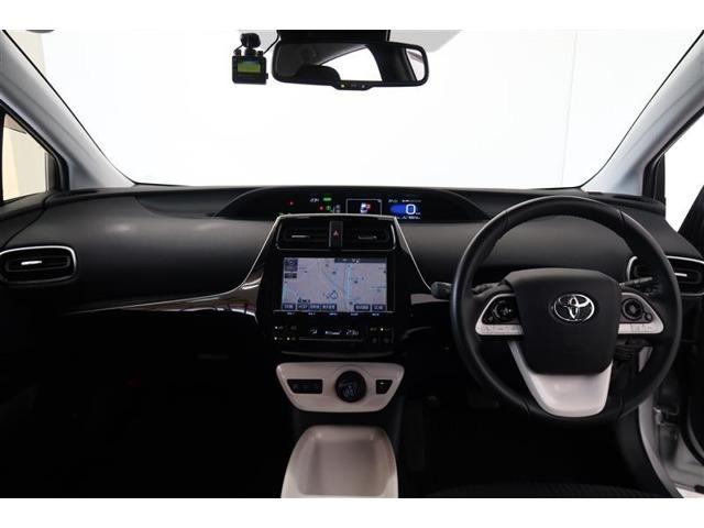 【プリウス】らしい近未来感のあるインパネデザインです。象徴的なシフトノブもハイブリッドならでは。オートエアコンで車内も快適です。