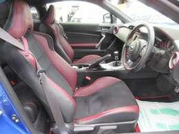 専用インテリア&スポーツシート♪ レッドXブラックの配色がとてもカッコいいです♪