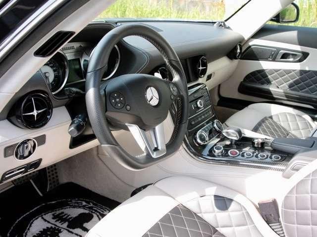 内装はブラックレザーとホワイトの本革  デジーノエクスクルーシブ AMGインテリア カーボンファイバーPKG装着