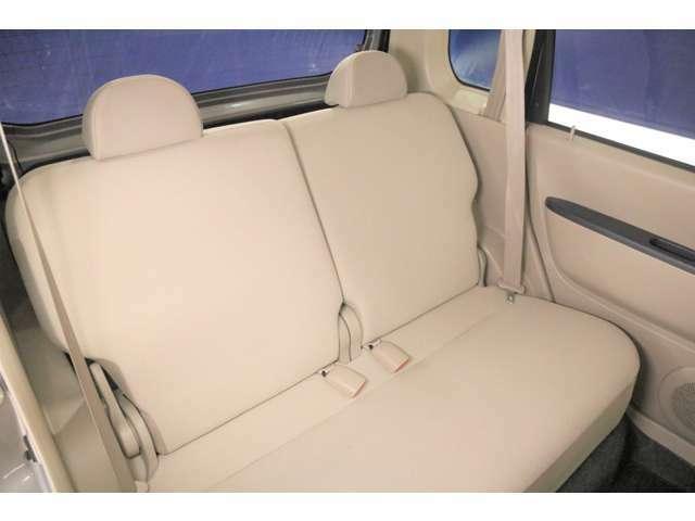 後部座席もゆったりと座れるスペースが確保できます。