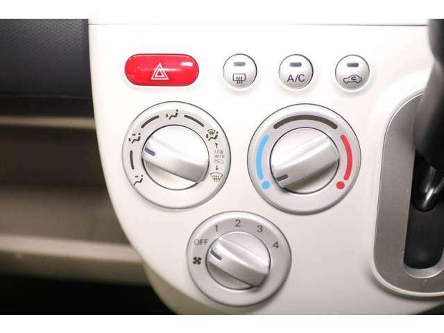 ダイアル式のマニュアルエアコンです。なじみのある形なので扱いも簡単です。