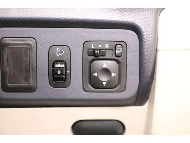 【電動格納ミラー】ボタン一つでミラーの開閉が可能。お好みの位置に微調整して安全運転出来ますね♪