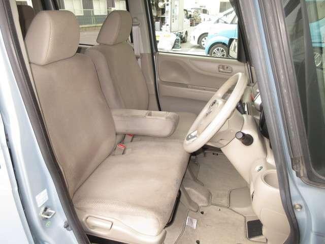大柄な人でも不満の無いようの設計したフロントベンチシート。運転席は高さ調整もついており小柄な方でも視界良好です。インパネシフトで左右の移動が楽々。停車時に危険な道路側に降りずに済むので安心ですね。