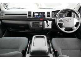 まとまりのあるインテリアすっきりとして広々、角ばったデザインで視界もよく運転がしやすく疲れないいい車です。