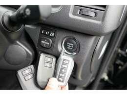 スマートキーですので、カバンやポケットに入れたままで、ドアのロックはもちろんエンジン始動もできるので大変便利です。