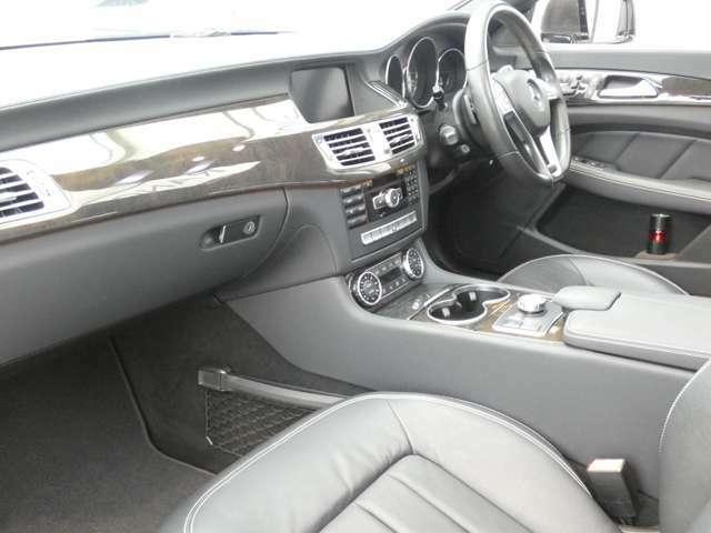 ブラックを基調とした車内にブラックアッシュウッドインテリアトリムを組み合わせ、メルセデス特有の高級感を存分に堪能して頂けるインテリアデザインとなっております!TEL:047-390-1919