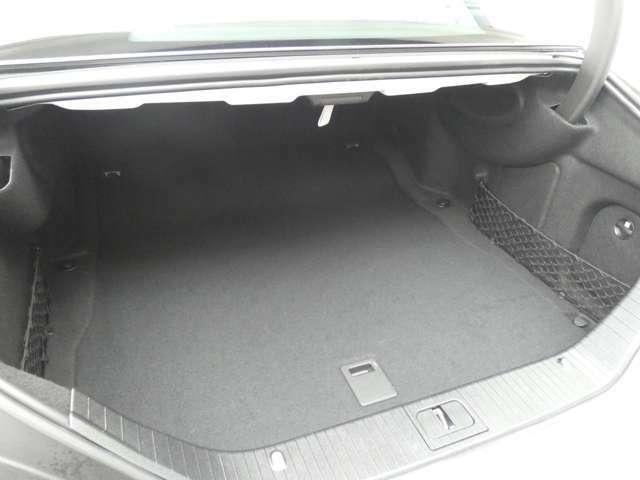 幅・奥行き共に十分なスペースを確保したトランクスペースになります!ゴルフバッグや複数のスーツケースも容易に積み込む事が出来ます!開閉が容易な自動開閉トランクリッドを採用しております!