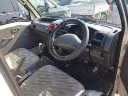 運転席の写真です。こちらも目立つ汚れ、シミなどありません。
