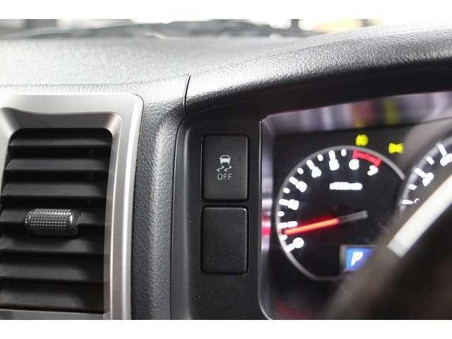 トラクションコントロールやVSCも装備です!画像のスイッチでOFFにすることも可能です。