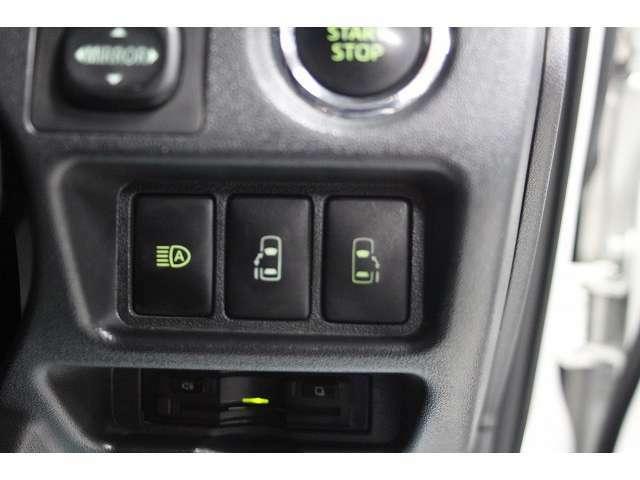 両側電動スライドドア装備で画像のスイッチにより運転席からもドアの開閉が可能です。