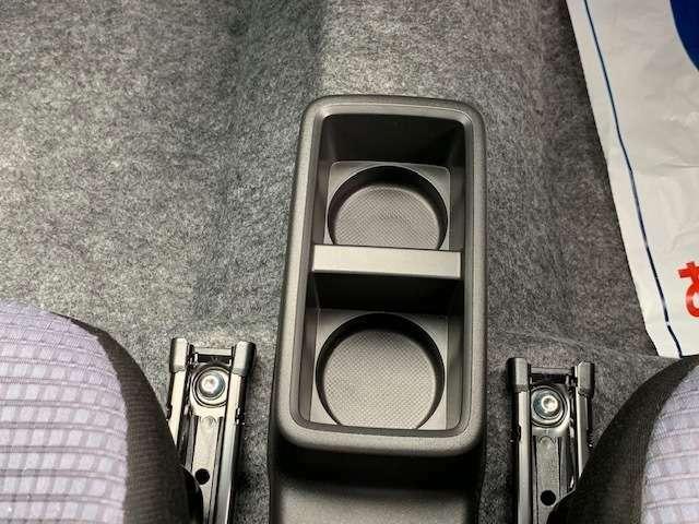 センターコンソールドリンクホルダー☆四角い形なので500mlの紙パックドリンクだって置けちゃう!