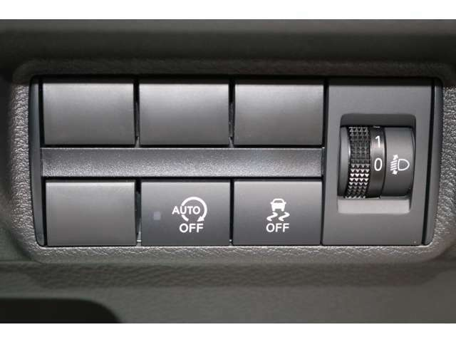 オートエアコン標準装備です。簡単操作で車内が設定した温度になるまで風量、吹き出し口を自動的に調整してくれます。いつでも快適な運転が楽しめます。