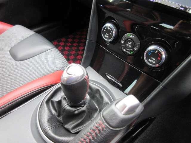 RX-8ならではのサイドブレーキレバーがとてもお洒落ですね♪ オートエアコンも完備です♪