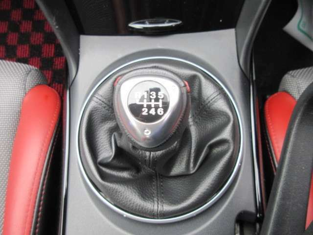6速マニュアルミッションでスポーツカーならではの楽しい走りができますね♪