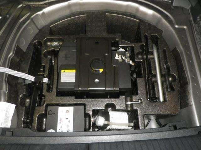 トランク内には万が一に備えてパンク修理キットを搭載しています!