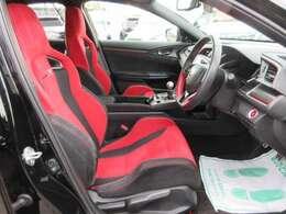 専用インテリア&スポーツシート♪ レッドカラーがとても目立ち、スポーティな雰囲気です♪