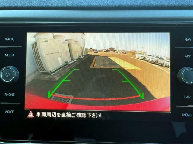 バックギアに入れるとバックカメラで車両後方をナビ画面に映し出します。
