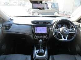 《運転席・助手席》ゆったりとした運転席と使いやすいナビゲ-ションシステムで運転らくらく♪♪女性でも周りが見やすく運転しやすいです★