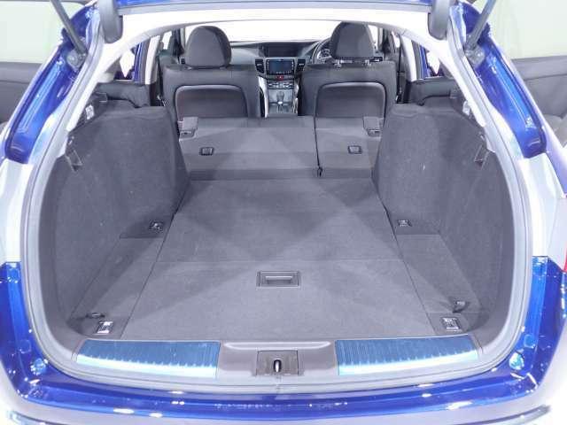 分割式のシートバックはそれぞれワンモーションでフォールダウンが可能。リアシートに乗員を乗せながら、長尺物の積載が可能です。