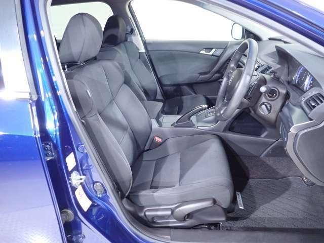 フロントシートはシート奥に自然と引き込まれる形状とし、腰全体をしっかりホールドします。