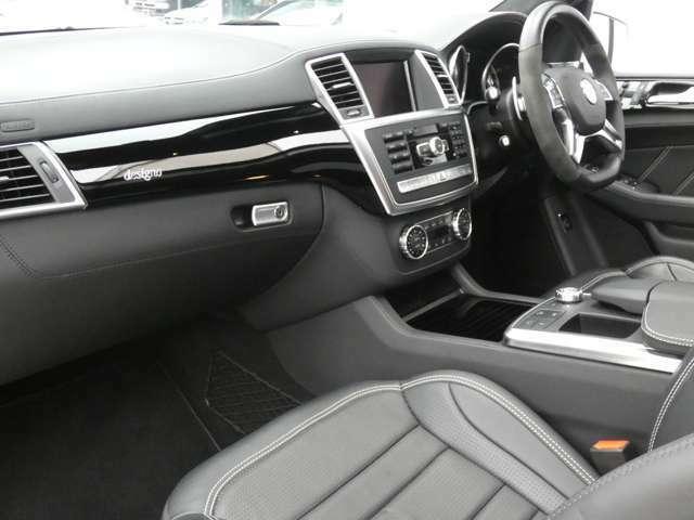 ブラックを基調とした車内にdesignoブラックピアノラッカーインテリアトリムを採用!メルセデスベンツ特有の高級感を存分に堪能して頂けるインテリアになります!車内を彩るアンビエントライトも魅力です!