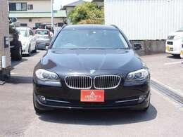 BMWのアイコンであるキドニーグリルはより鋭角に前方へ傾斜することで、フロントからのデザインをまとめ上げているのが特徴です。