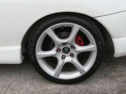 社外の17インチアルミホイールが装備されています。タイヤの溝もたっぷり!