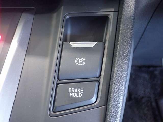 【ブレーキホールド】自動でブレーキを固定します。頻繁な信号待ちや渋滞で、なかなかクルマが進まない時も、運転終了後の足の疲れを大幅に軽減します。
