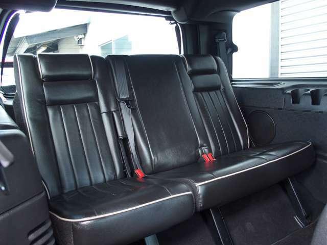 綺麗なサードシートは電動格納機能付きです