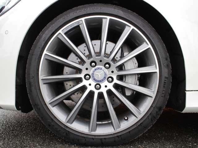 AMG20インチホイル付!エアーボディーバランスパッケージ付!道路状況に合わせた足回りのバランス配分などを自動で制御しています!タイヤはピレリ社製P-ZERO!4本とも9分山以上有!