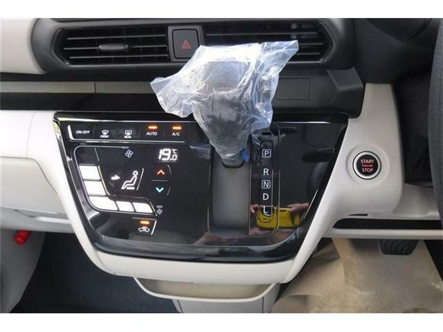 オートエアコンパネル横にシフトレバー、エンジンスタートボタンを配置。